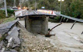 У Сочі через паводок завалився міст (відео)