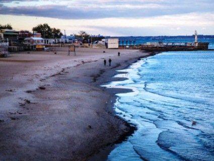 Одесити хвилюються: море оголило пляжі, хвилеломи тепер на суші (фото)