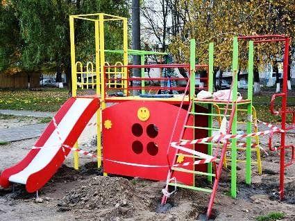 У Луцьку встановлюють нове дитяче містечко (фото)