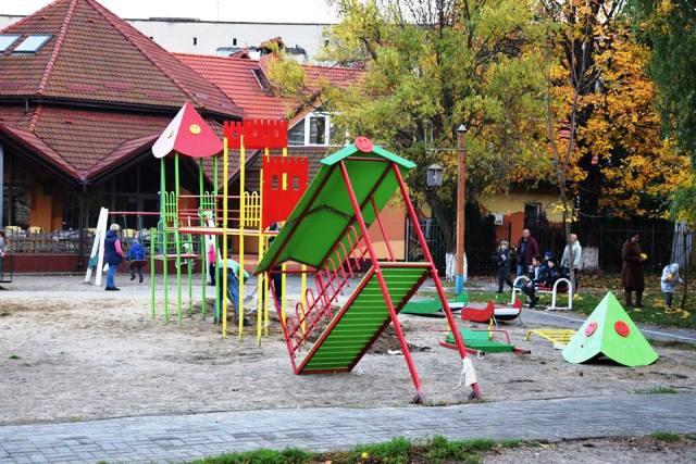 Новий дитячий майданчик у Луцьку на проспекті Молоді 9