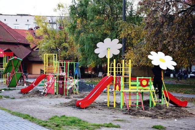 Новий дитячий майданчик у Луцьку на проспекті Молоді 9 фото 1