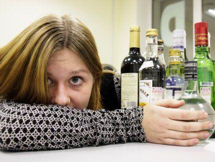 На Черкащині друзі кинули п'яну дівчинку вдень просто посеред міста