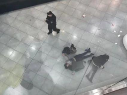 Кров і вітрини модних бутиків: у торговому центрі на відвідувачку впала самовбивця (відео 21+)