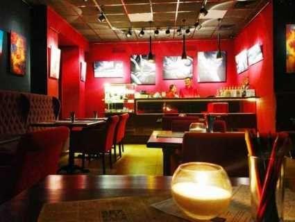 У Києві з'явилося кафе з голими офіціантками (відео 16+)