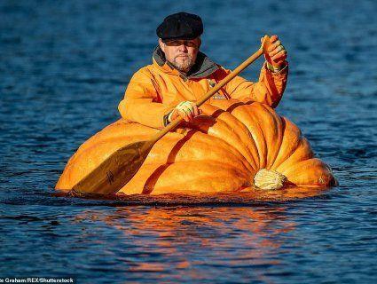 Британець встановив рекорд, сплавившись по річці у велетенському гарбузі (фото)