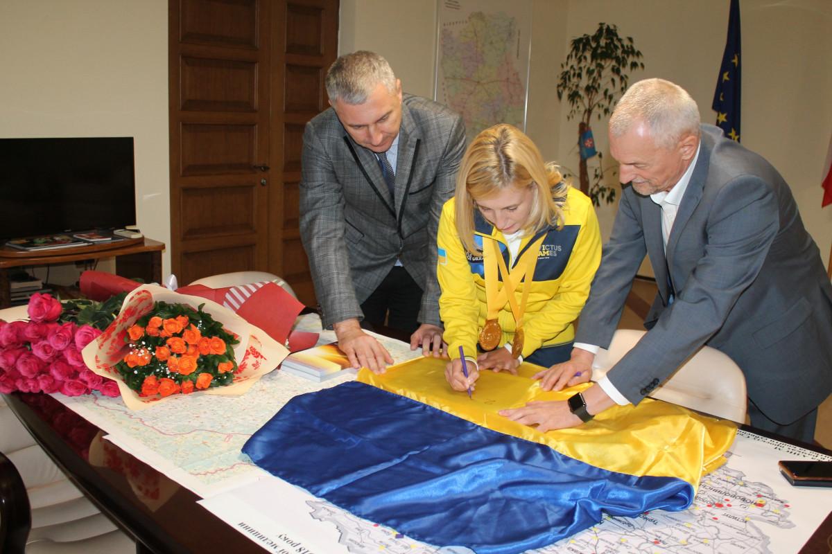 Майя Москвич _Луцьк_ підписує прапор