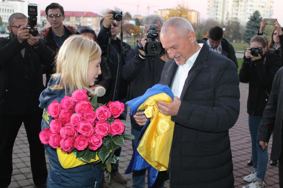 Майя Москвич вручає прапор Савченку