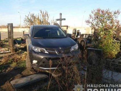 На Харківщині нетверезий батюшка  на позашляховику розбив десять могил на кладовищі