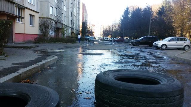 У Луцьку на вулиці Кравчука прорвало трубу опалення