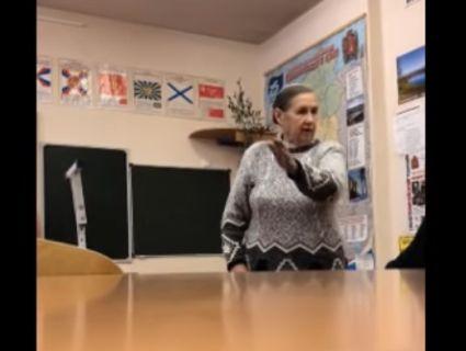 У Росії вчителька пригрозила учням розстрілом за напис на дошці «Путін - злодій» (відео)