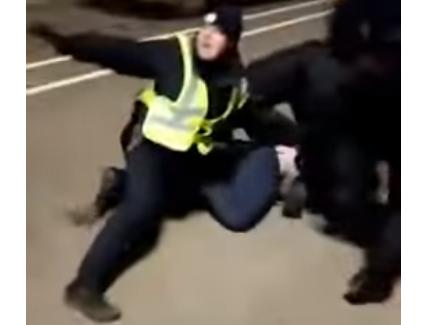 На Рівненщині «євробляхарі» на заблокованій трасі почубилися з копами (відео)