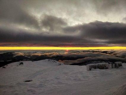 «Жовте прорізає сіре»: гіпнотичний схід сонця у зимових Карпатах (фото)