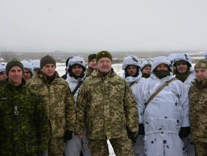 Порошенко віддав наказ «перекинути» війська у райони, звідки може вдарити РФ (відео)