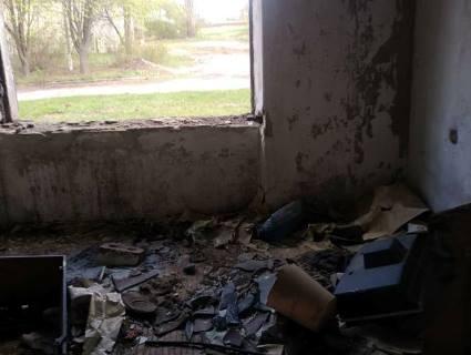 Межа цинізму: на Дніпровщині сиротам вручили ключі від загидженої «заброшки» без вікон і дверей