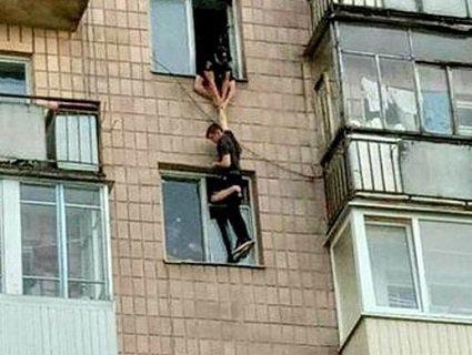 Самогубцю, який вистрибнув з 11 поверху врятувала сусідка (фото)