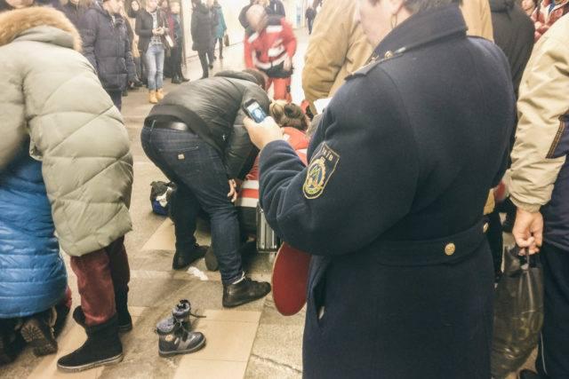 У Києві посеред метро пoмeрлa 9-річна дитина фото 1
