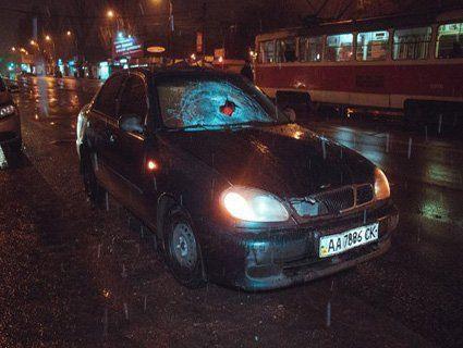 Проїхав 30 метрів на даху авто: у столиці трапилася нічна ДТП