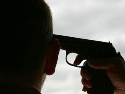 Злякався поліції: 20-річний молодик з пістолета вистрілив собі в голову