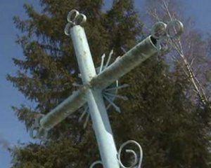 Нічого святого: головною ялинкою селища стало дерево з кладовища