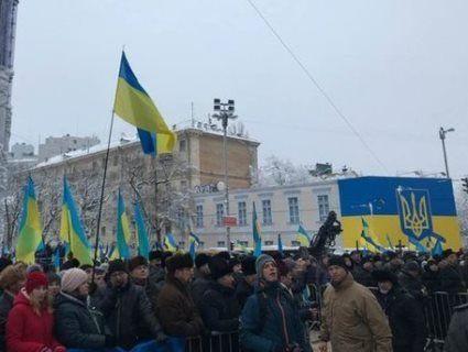 Провокація: у Києві на Софіївській площі правоохоронці затримали чоловіків з нунчаками та ножом