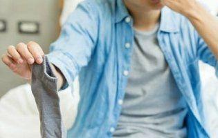 Китаєць потрапив до лікарні, понюхавши власні шкарпетки (фото)