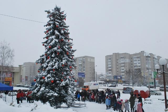 У Луцьку урочисте запалення ялинки на площі Героїв Майдану фото 14