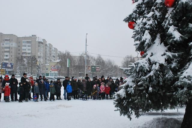 У Луцьку урочисте запалення ялинки на площі Героїв Майдану фото 16