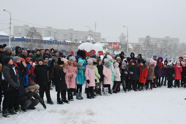У Луцьку урочисте запалення ялинки на площі Героїв Майдану фото 20