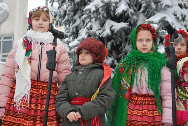 У Луцьку урочисте запалення ялинки на площі Героїв Майдану фото 25