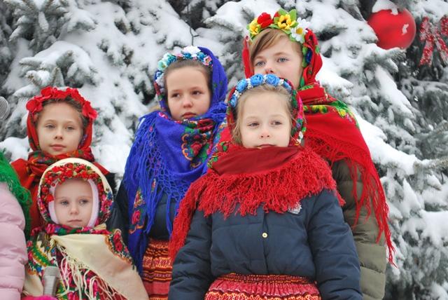 У Луцьку урочисте запалення ялинки на площі Героїв Майдану фото 26