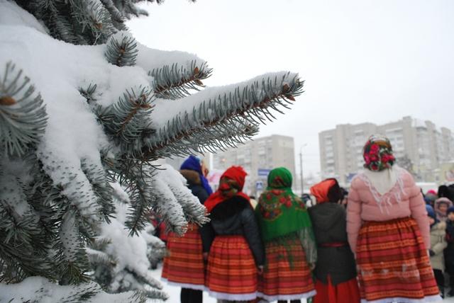 У Луцьку урочисте запалення ялинки на площі Героїв Майдану фото 29