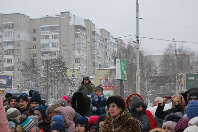 У Луцьку урочисте запалення ялинки на площі Героїв Майдану фото 30