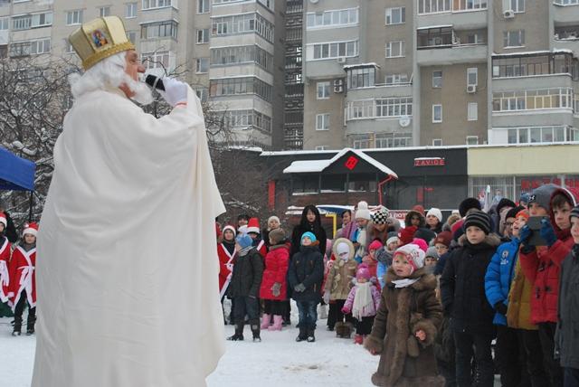 У Луцьку урочисте запалення ялинки на площі Героїв Майдану фото 36