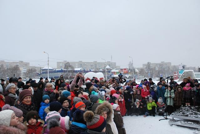 У Луцьку урочисте запалення ялинки на площі Героїв Майдану фото 39