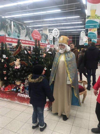У Луцькому гіпермаркеті гостює Святий Миколай