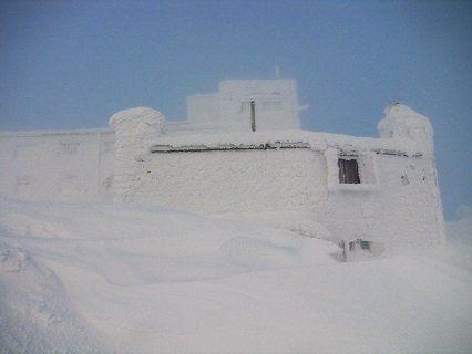 Карпати замело: сніг досягає майже метра (фото)