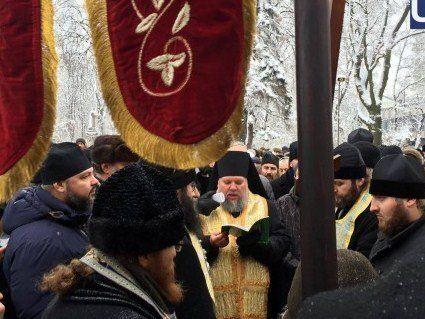 Під Верховною Радою зібралися віряни УПЦ МП
