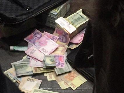 Викидали гроші ящиками з вікон авто: гучна заява від Луценка