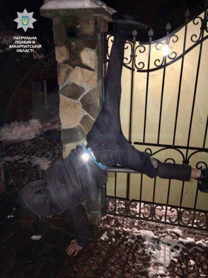 На Закарпатті злодій повис на паркані втікаючи від правосуддя.