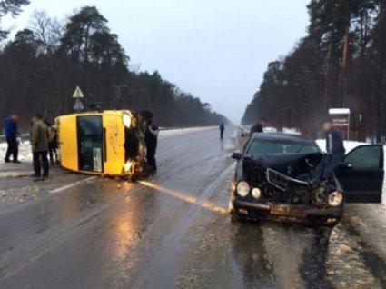На шляху «Луцьк-Рівне» легковик зіткнувся з маршруткою: є постраждалі