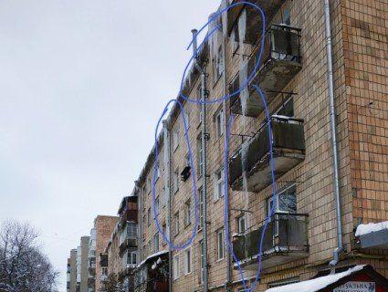 Гігантські бурулі на луцькій п'ятиповерхівці загрожували перехожим (фото)