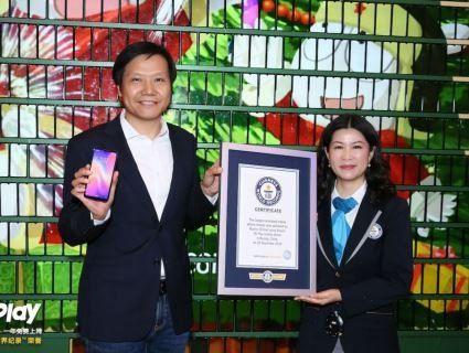У Китаї встановили восьмиметрову ялинку з смартфонів