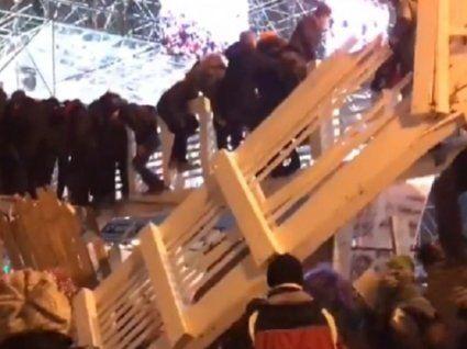У Москві на людей над ковзанкою обвалився міст, є жертви (відео)