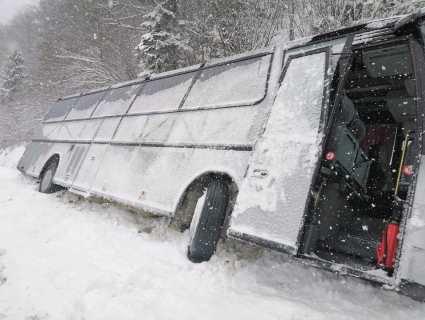 В горах на Львівщині з траси злетів автобус із туристами (фото)