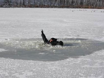 Герої серед нас: випадковий перехожий врятував із крижаного озера бабусю з дитиною