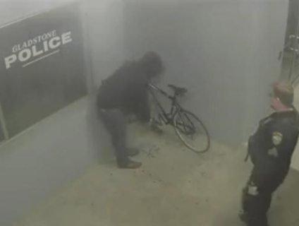 Американець крав велосипед, а поліцейські тупо спостерігали
