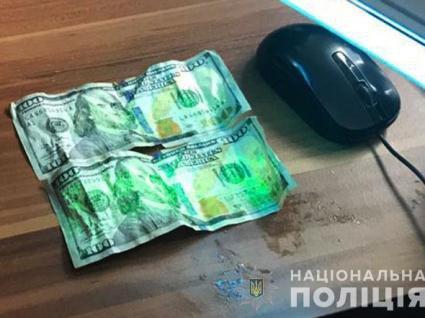 Несмачний хабар: поліцейські видерли долари у корупціонера з рота (фото)