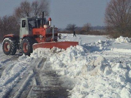 Українець переобладнав позашляховик на бульдозер і чистить дороги від снігу (відео)