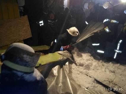 Через сніг обвалився дах торговельного павільйону: троє постраждалих (фото)