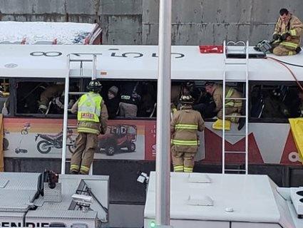 У Канаді двоповерховий автобус в'їхав у зупинку: є загиблі